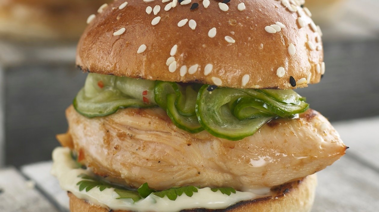 Satay chicken slider with cucumber pickle – recipe