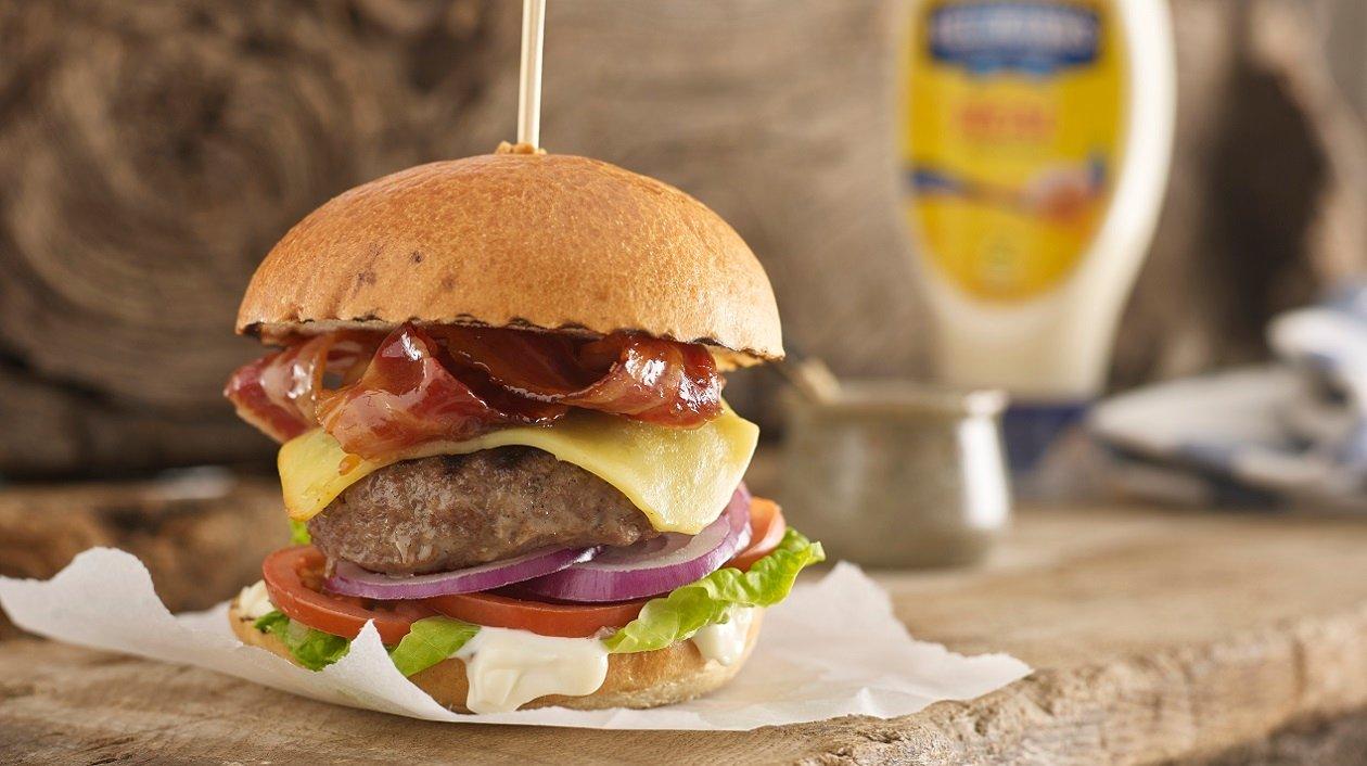 Maple & beer bacon burger – recipe